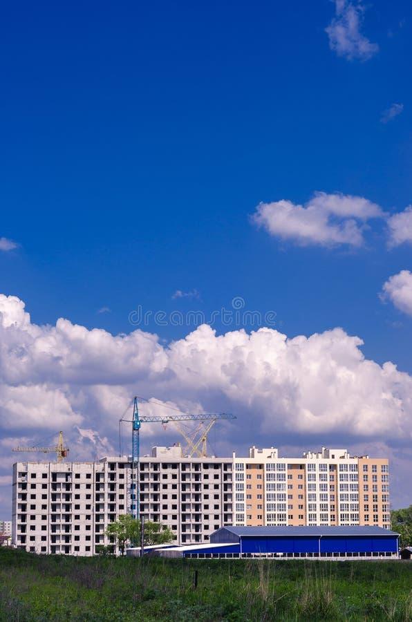 Construção de uma construção residencial nova no campo Cidade ab fotografia de stock