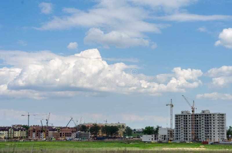 Construção de uma construção residencial nova no campo Cidade ab imagem de stock