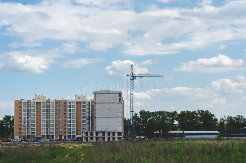 Construção de uma construção residencial nova no campo Cidade ab fotos de stock royalty free