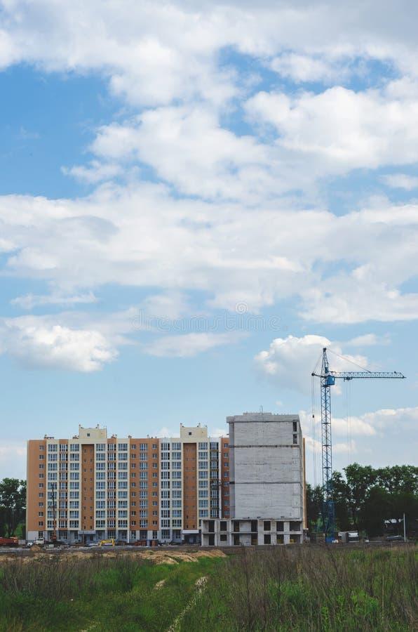 Construção de uma construção residencial nova no campo Cidade ab fotos de stock