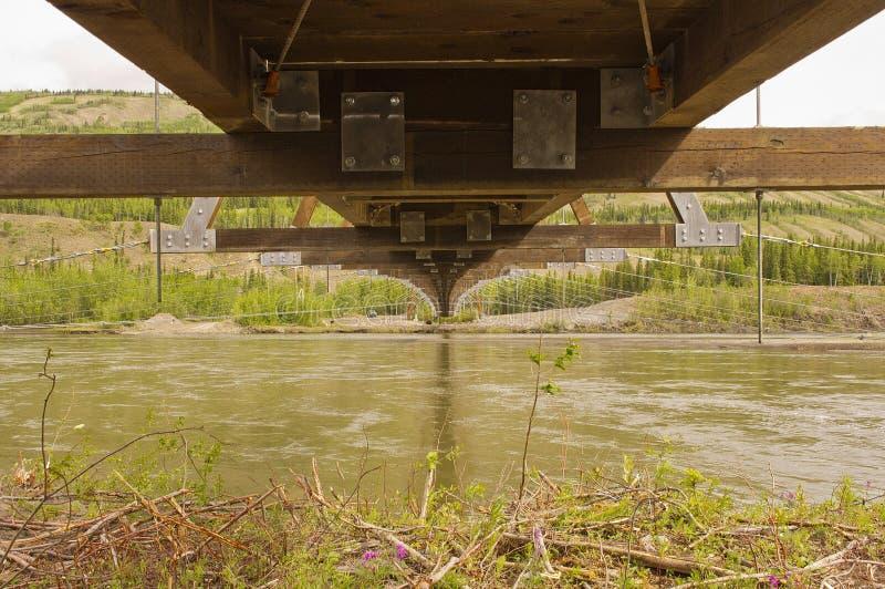 Construção de uma ponte de suspensão em Ross River fotografia de stock royalty free