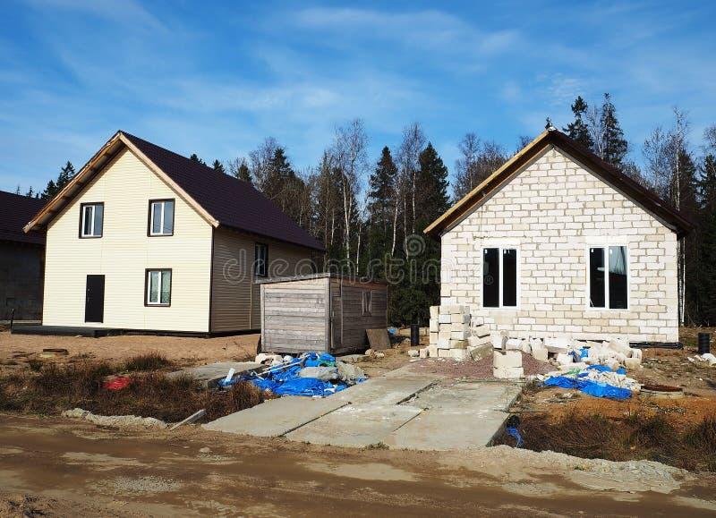 Constru??o de uma vila da casa de campo Fases de constru??o de uma casa privada fora da cidade detalhes imagens de stock