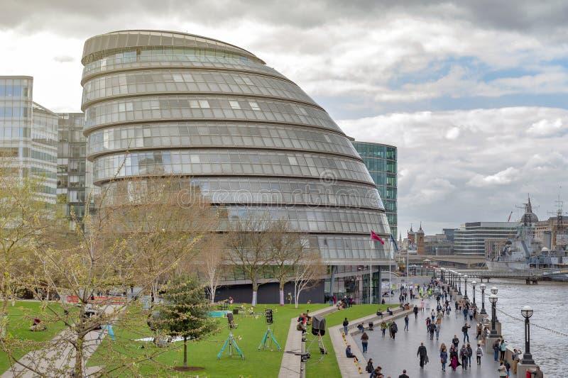 A construção de vidro curvada da câmara municipal do marco arquitetónico de Londres de Londres, situado no Southwark perto da pon fotografia de stock royalty free