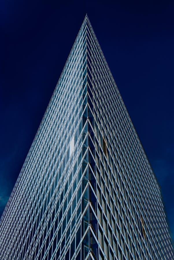 Construção de vidro do escritório no sumário fotografia de stock royalty free