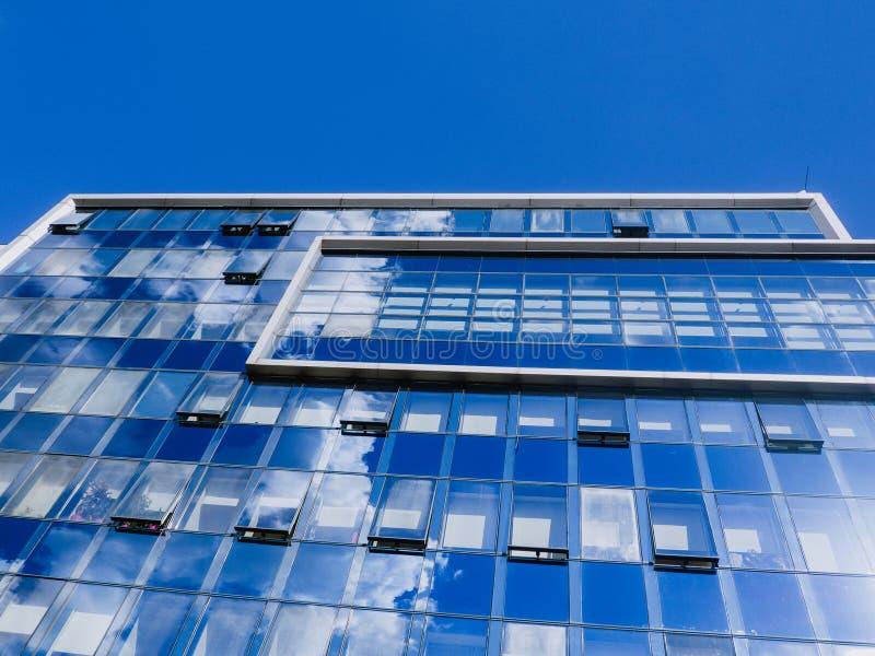 Construção de vidro moderna do negócio do escritório - reflexões das nuvens foto de stock royalty free