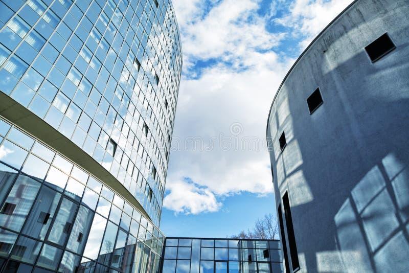 Construção de vidro moderna, imagem tonificada azul foto de stock