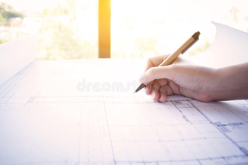 A construção, desenhista e renova o conceito Funcionamento do arquiteto imagem de stock