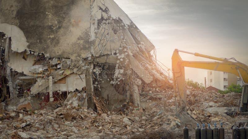 Construção destruída industrial Demolição da construção pela explosão Construção concreta abandonada com entulho e sucata imagens de stock