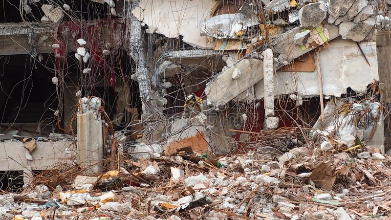 Construção destruída industrial Demolição da construção pela explosão Construção concreta abandonada com entulho Ruína do terremo foto de stock royalty free