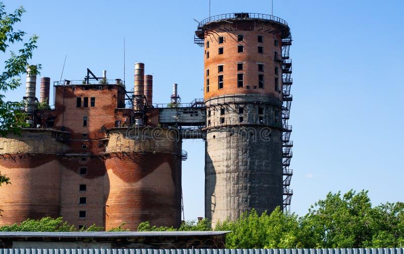 Construção destruída velha da fábrica do tijolo, dia de verão, torre abandonada foto de stock royalty free
