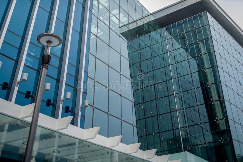 Construção dianteira de vidro moderna baixa ao aspecto alto imagens de stock royalty free