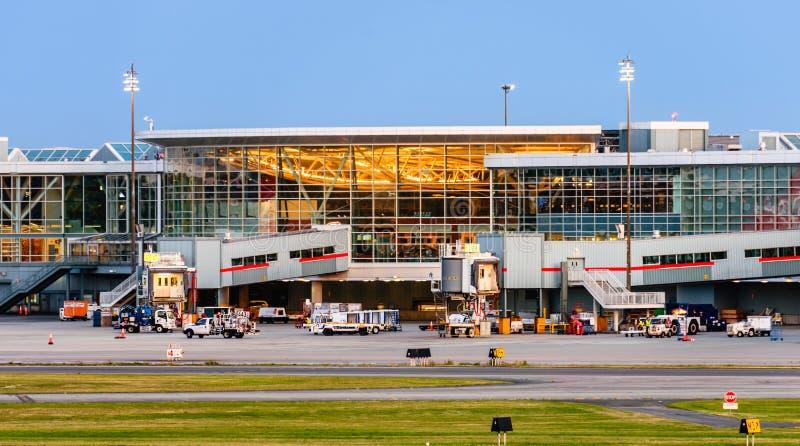 Construção do aeroporto na noite fotos de stock royalty free