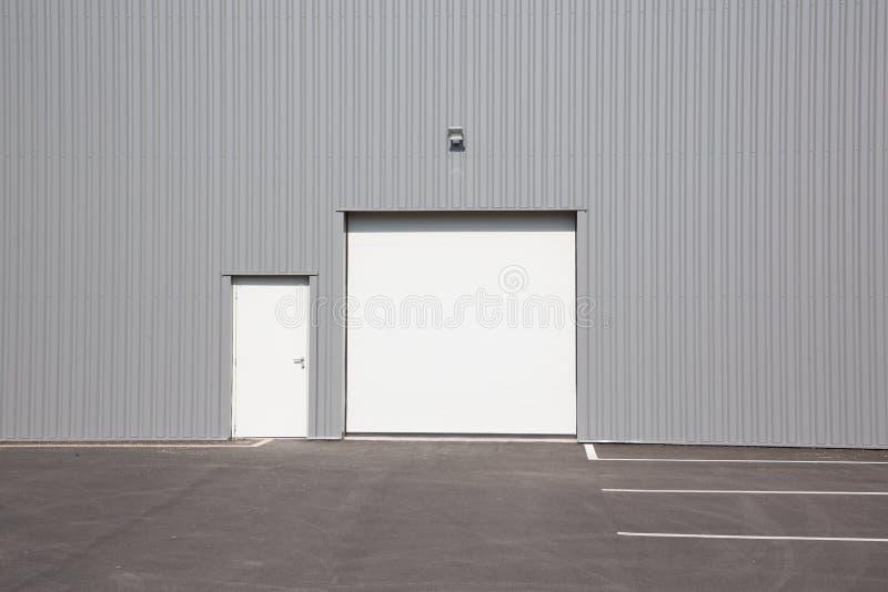 Construção do armazém de distribuição exterior com a única porta de carga fotografia de stock royalty free