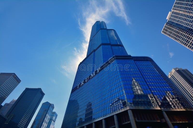 Construção do arranha-céus da torre do trunfo em Chicago River foto de stock royalty free