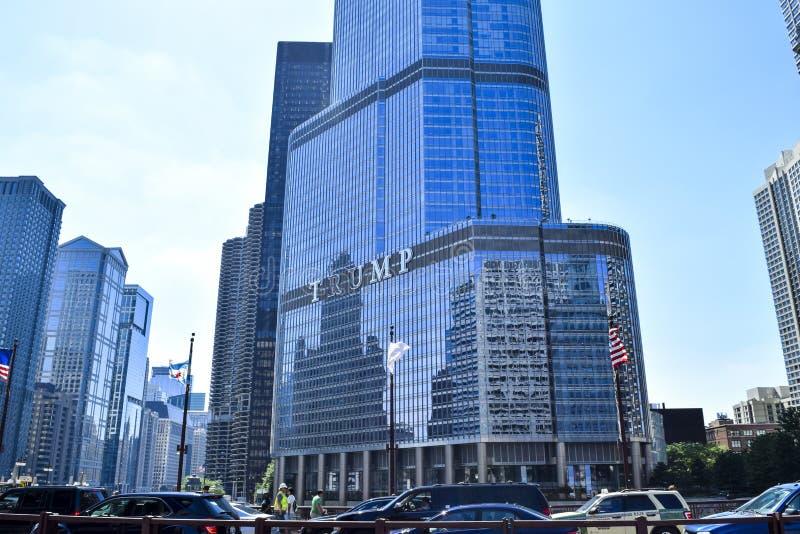 Construção do arranha-céus da torre do trunfo em Chicago River fotos de stock