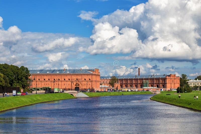 Construção do arsenal novo, atualmente museu histórico militar da artilharia, coordenadores e corpo do sinal em St Petersburg imagens de stock royalty free