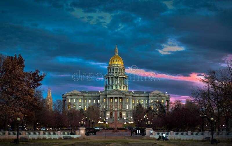 Construção do Capitólio do estado de Colorado no por do sol foto de stock royalty free