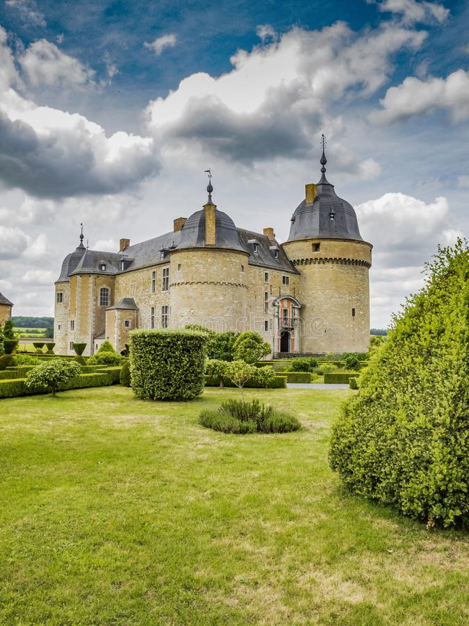 A construção do castelo de Lavaux-Saint-Anne e da parte dos jardins contra um céu nebuloso fotos de stock