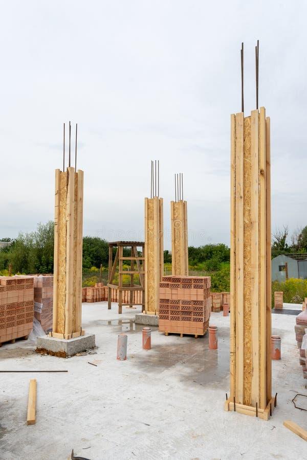 Construção do conceito da construção de tijolo Foto vertical de pouco suporte de madeira e concreto do molde da coluna na fundaçã fotos de stock