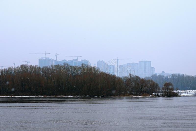 Construção do construções residenciais novas na margem esquerda do rio de Dnieper Neve fraca, foto da paisagem do inverno Kyiv, U imagem de stock