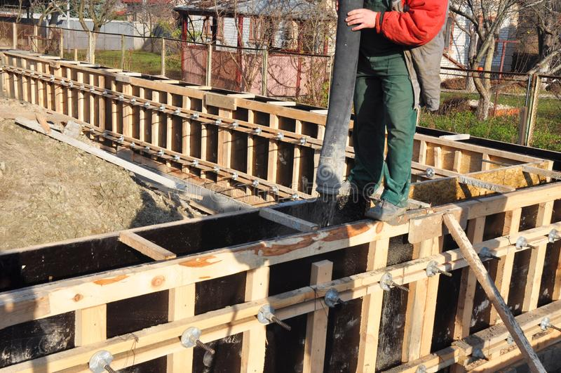 A construção do contator T-deu forma à fundação concreta da casa com lajes e barras de ferro fotografia de stock royalty free
