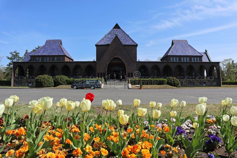 Construção do crematório com flores fotos de stock