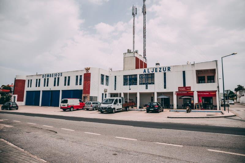 A construção do departamento dos bombeiros de Aljezur em Aljezur, Portugal fotografia de stock