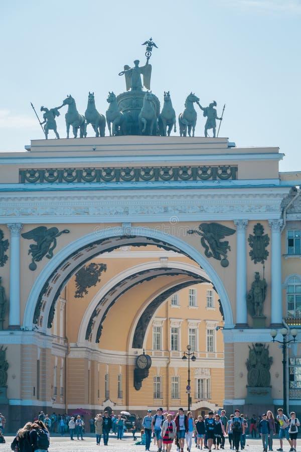 A construção do estado maior geral, museu de eremitério do estado, St Petersburg, Rússia fotografia de stock