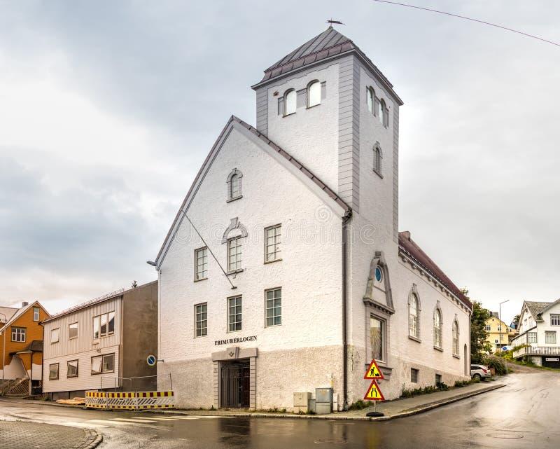 A construção do Frimurerlogen do alojamento maçônico de Harstad com seu símbolo com calibres angulares e ajustes, Noruega imagem de stock royalty free