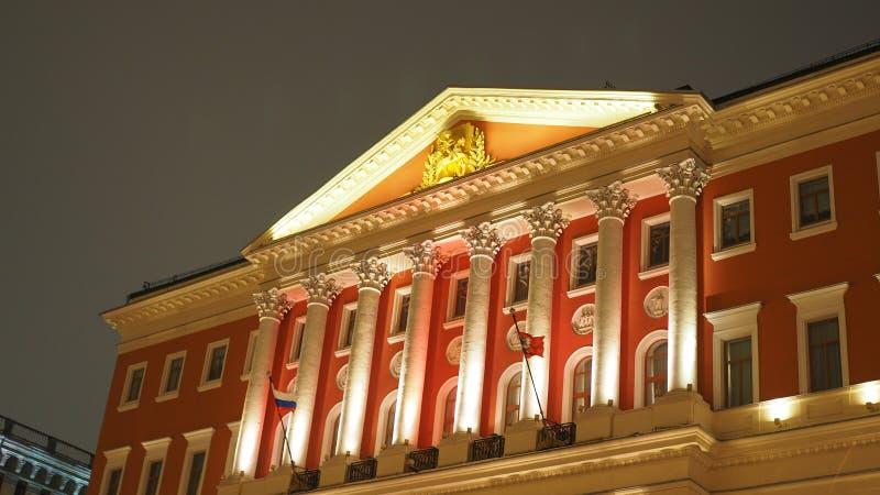 Construção do governo de Moscou na noite imagem de stock