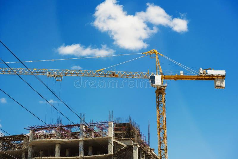 Construção do hospital sob a construção com guindastes fotografia de stock