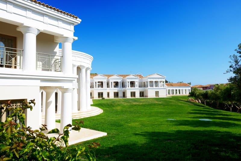 A construção do hotel de luxo no estilo grego tradicional fotografia de stock royalty free