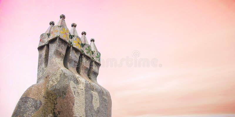 Construção do modernismo do ³ de Batllà da casa por Antoni Gaudi Detalhe e mosaico da chaminé contra um céu do por do sol espa?o  fotografia de stock