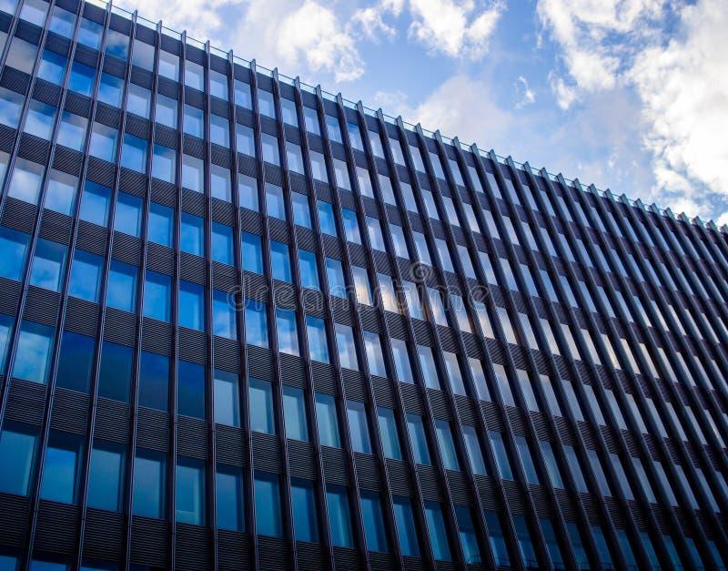 A construção do negócio em Berlim do centro, Alemanha dispara em uma luz do dia em cores frias fotografia de stock royalty free