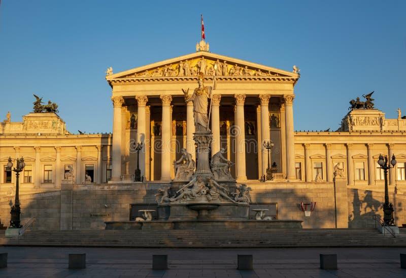 Constru??o do parlamento em Viena, ?ustria na luz do nascer do sol fotos de stock