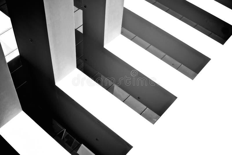Construção do plano inclinado com janelas foto de stock