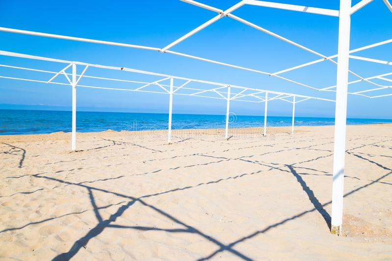 Construção do quadro do metal na praia foto de stock