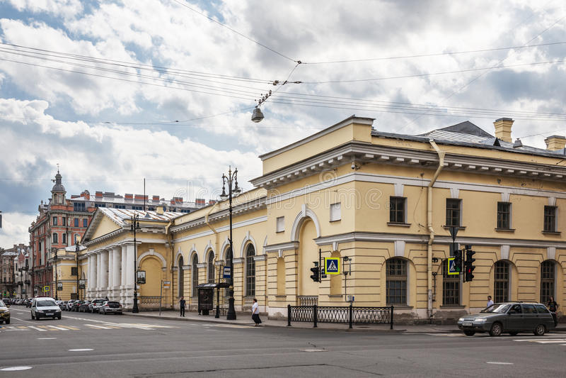A construção do regimento de cavalaria anterior de Manege na rua de Potemkin em St Petersburg foto de stock royalty free