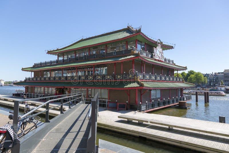 A construção do restaurante chinês na terraplenagem de Amsterdão imagens de stock royalty free