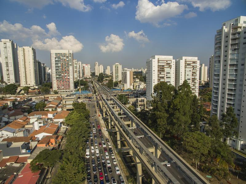Construção do sistema do monotrilho, linha ` do monotrilho do ouro do ` 17, avenida Jornalista Roberto Marinho, São Paulo, Brasi imagens de stock