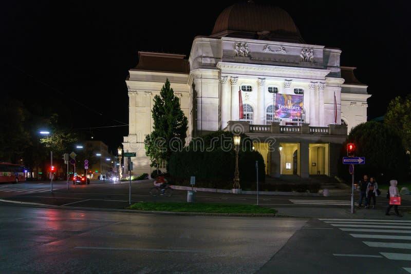 A construção do teatro da ópera na noite, Graz do grazer, Áustria imagens de stock