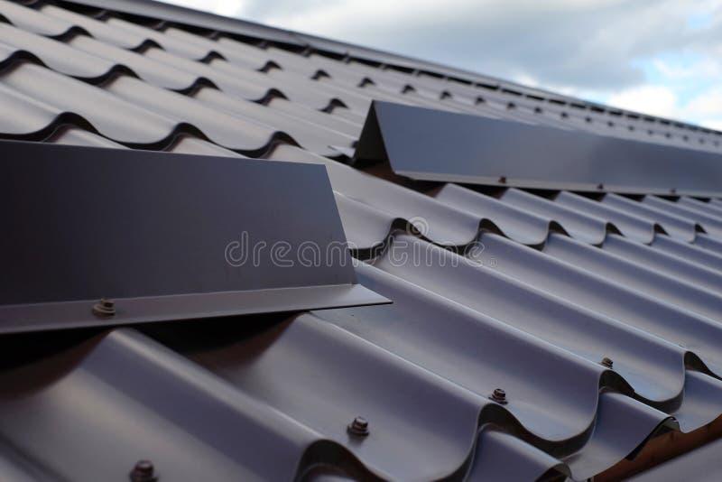 Construção do telhado da telha do metal Feche acima do protetor da neve no telhado foto de stock