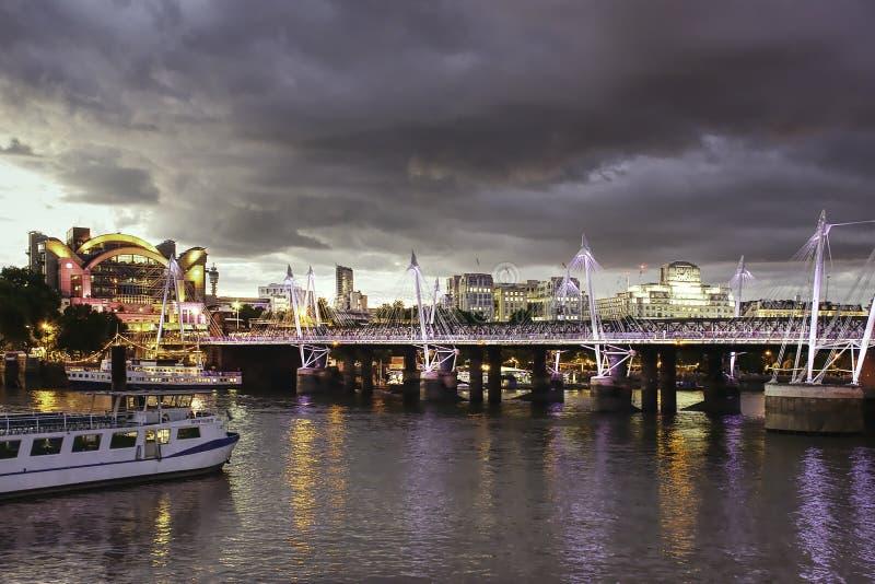 Construção dourada das pontes e da terraplenagem do jubileu em Londres, Reino Unido, IL foto de stock royalty free