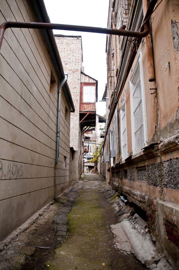 A construção e as ruas velhas morderam Tbilisi à terra verde foto de stock royalty free