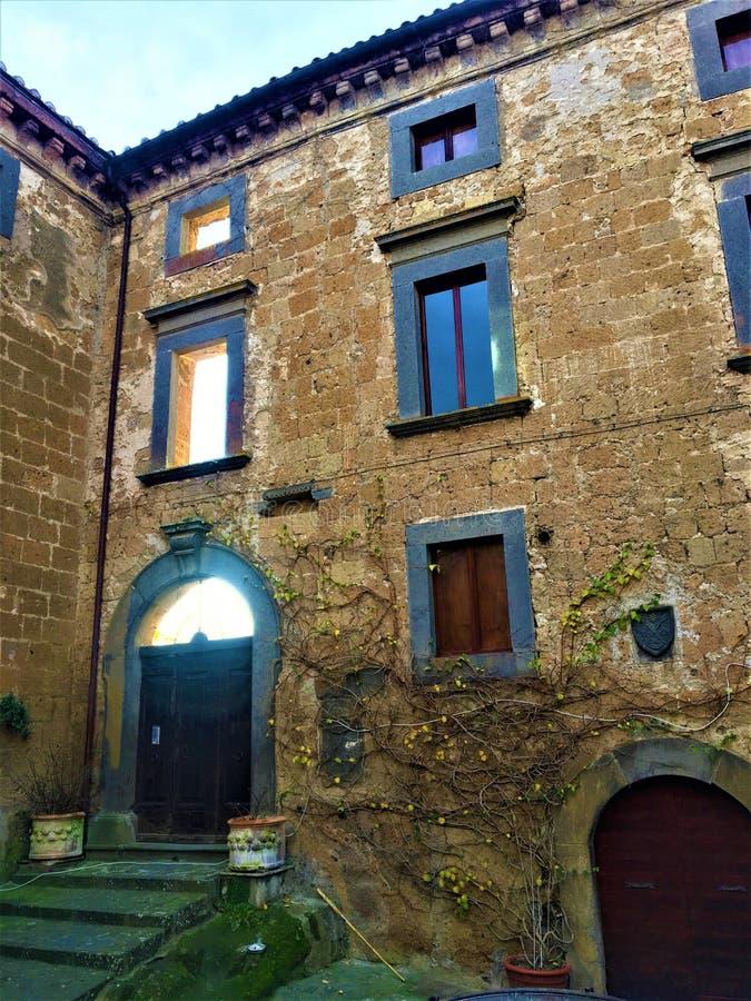 Construção e atmosfera do vintage, arquitetura, arte e luz em Civita di Bagnoregio, província de Viterbo, Itália imagem de stock