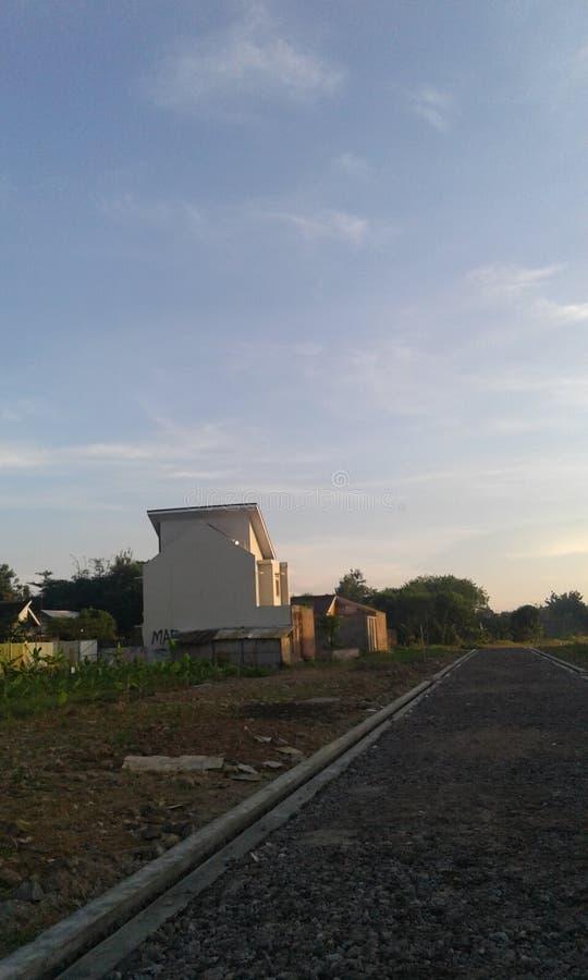 Construção e céu do nascer do sol bonitos foto de stock royalty free