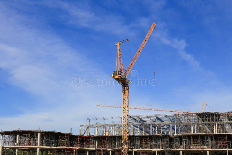 Construção e guindaste, construção da facilidade imagens de stock royalty free