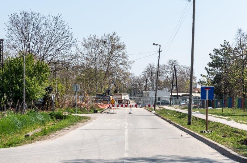 Construção e local grandes da reconstrução com a estrada asfaltada pesada do reparo da escavadora e do escavador do motor da terr imagem de stock