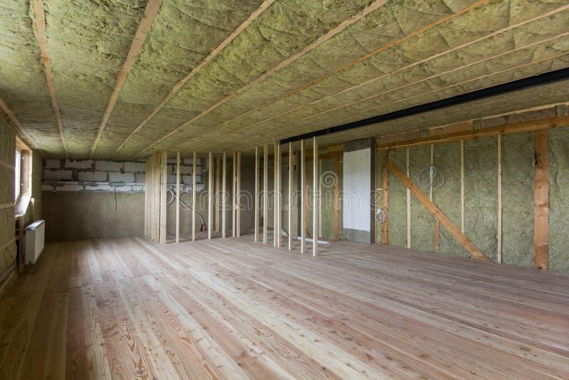 Construção e renovação da ATT inacabado vazia espaçoso grande fotos de stock