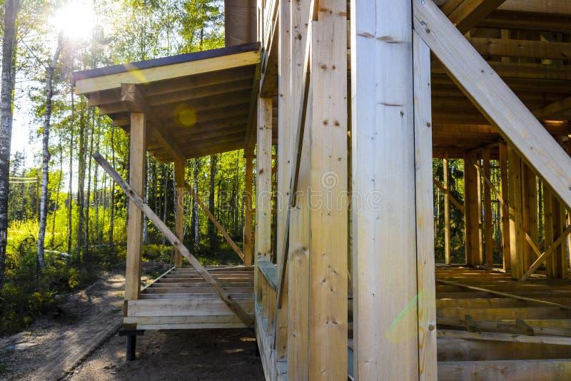 Construção e reparo de uma casa de quadro do país, de uma natureza e de uma harmonia privadas a imagem de stock